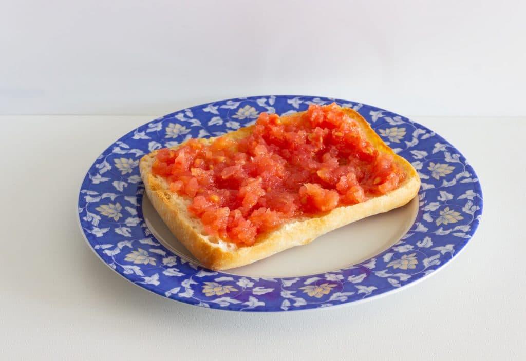 Tapas mezze pan con tomate